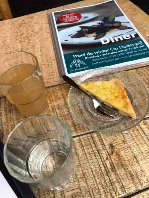 Een zakelijk gesprek bij Op Hodenpijl, onder het genot van een glas huisgemaakte perensap met boterkoek en een glas Vitaal water van Acqua Universo. — bij Op Hodenpijl.