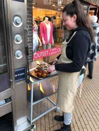 De kippen worden vakkundig gehalveerd bij Lieffering — bij Winkelcentrum 's-Gravenzande.