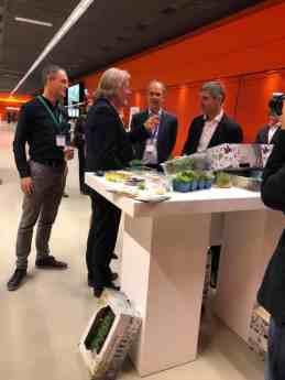 Staatssecretaris Paul Blokhuis praat met Rob Baan van Koppert Cress over het vrijmaken van meer geld voor het NAGF, Nationaal Actieplan Groente en Fruit — bij Jaarbeurs.