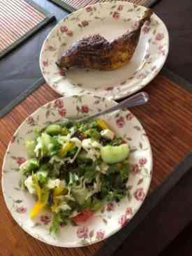 Lunch: salade van de vorige dag met gegrilde kippenpoot van Poelier Jos Straathof — bij Fietsen voor m'n eten.