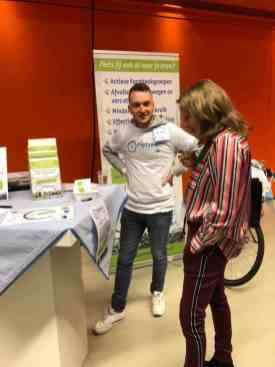 De Haagse Hogeschool student Andrej voorziet het publiek van de juiste informatie over Fietsen voor m'n eten — bij Jaarbeurs.