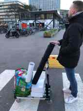 De Haagse Hogeschool student Andrej bekijkt de Jaarbeurs nog eens goed voor we deze onveilig maken met fiets en rolbanner — bij Jaarbeurs.