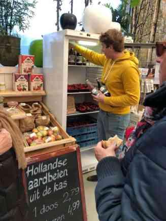 Fred van Boeregoed reikt ons ieder een fles fruitsap uit. — bij De Carlton Tuincentrum.