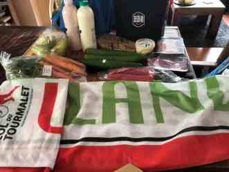 Mijn buit van donderdag, inclusief vlag van Team Westland — bij Fietsen voor m'n eten.