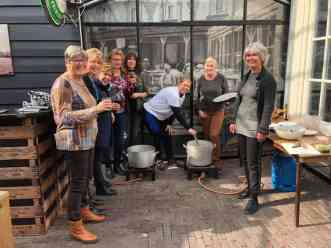 Nog even roeren voordat de soep klaar is — bij De Jachthaven Kwintsheul.