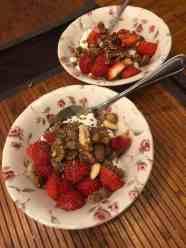 Ontbijtje: - Griekse yoghurt en notenmix van de Biefit Gezondheidswinkel - lijnzaad van Het Blauwe Hek - granola van Lijfstijl diëtisten - aardbeien van de Westlandse Aardbei — bij Fietsen voor m'n eten.