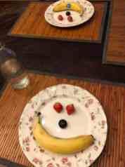 Opstaan met een smile: Smiley van banaan en blauwe bes van Keurslager Poleij, aardbeien van Kwekerij de Haak — bij Fietsen voor m'n eten.