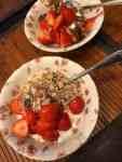 Ontbijtje: - Griekse en schapenyoghurt, muesli van de Biefit Gezondheidswinkel - granola van Lijfstijl diëtisten - aardbeitjes van Landwinkel Klok-pagina (Brielle) — bij Fietsen voor m'n eten.