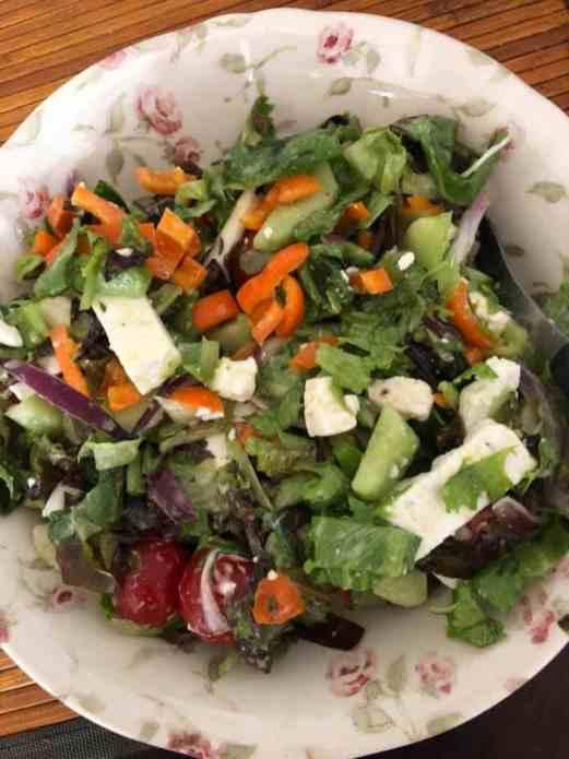 De overgebleven salade verorberen onder de Formule 1 — bij Fietsen voor m'n eten.