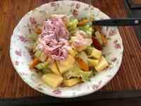 Overgebleven salade van de vorige dag, verrijkt met kaas van Kaasmeester Richard en ham van Keurslager Poleij — bij Fietsen voor m'n eten.