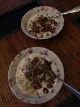 Ontbijtje: - DelflandseZuivel yoghurt - amandelen van Kaasmeester Richard - gemengde zaden van Het Blauwe Hek - granola van Lijfstijl diëtisten - banaan van de Biefit Gezondheidswinkel — bij Fietsen voor m'n eten.