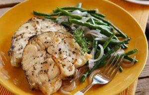 Φέτες ψαριού με αμπελοφάσουλα και σάλτσα από πιπεριές Φλωρίνης