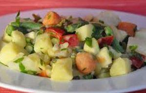 Πλούσια πατατοσαλάτα με ποικιλία λαχανικών