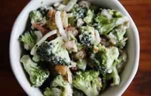 Υγιεινή σαλάτα με μπρόκολο και κρεμμύδια