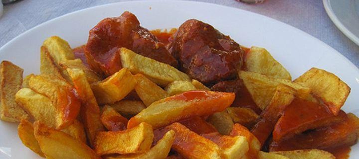 Κοκκινιστό με πατάτες τηγανητές