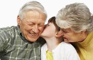 Γιαγιάδες και παππούδες «κακομαθαίνουν» τα εγγόνια τους