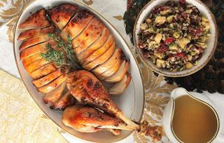 Γαλοπούλα, ζουμερή και μυρωδάτη, γεμιστή με άγριο ρύζι, μπέικον, μήλα και φουντούκια