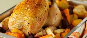 Κοτόπουλο στη γάστρα με πατάτες και καρότο
