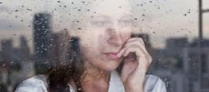 Εποχική κατάθλιψη: Ποιους επηρεάζει περισσότερο και ποια είναι τα συμπτώματα