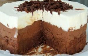 Φανταστική και πανεύκολη τούρτα τριπλής σοκολάτας με μόνο 4 υλικά!
