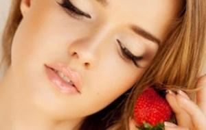 Εύκολη μάσκα προσώπου από φράουλες & κρέμα γάλακτος