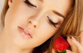 Read more about the article Εύκολη μάσκα προσώπου από φράουλες & κρέμα γάλακτος