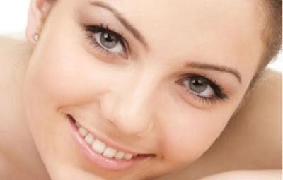Πώς θα απομακρύνετε εύκολα τα μαύρα στίγματα από το πρόσωπό σας