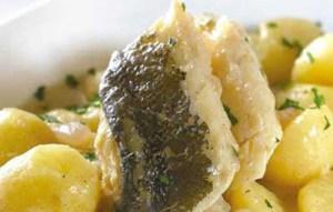 Μπακαλιάρος στο φούρνο με πατάτες λεμονάτες