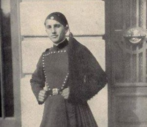 Read more about the article Η άγνωστη ιστορία του Ήρωα Εύζωνα Κουκίδη – Αυτοκτόνησε τυλιγμένος με την Ελληνική Σημαία για να μην την παραδώσει στους Γερμανούς!
