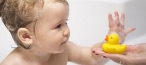 «Παράδεισος» βακτηρίων τα πλαστικά παπάκια για το μπάνιο των μικρών παιδιών