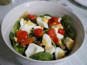 Σαλάτα Σπανάκι με αυγό και πιπεριές Φλωρίνης