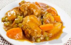 Κοτόπουλο κοκκινιστό με αρακά