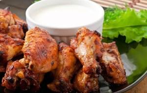 Ψητές φτερούγες κοτόπουλο με ντιπ γιαούρτι με μυρωδικά