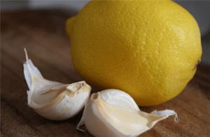 Συνταγή: σκόρδο και λεμόνι για τον καθαρισμό των αγγείων από την αθηροσκλύρυνση