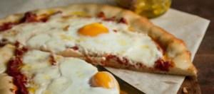 Σπιτική πίτσα με μπέικον και ψητά αυγά
