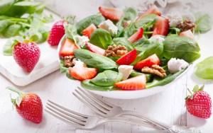 Σαλάτα σπανάκι με φράουλες και κατσικίσιο τυρί