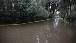 Κακοκαιρία: Πολίτες «κολυμπούν» έξω από το νοσοκομείο Σωτηρία