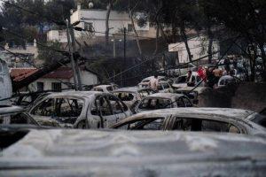Νωρίτερα, στους 50 ανερχόταν ο επίσημος απολογισμός των νεκρών, σύμφωνα με όσα είπε ο κυβερνητικός εκπρόσωπος Δημήτρης Τζανακόπουλος. Η εκπρόσωπος Τύπου της Πυροσβεστικής, Σταυρούλα Μαλλίρη, είχε ανακοινώσει ότι οι νεκροί ήταν 49 και οι τραυματίες 172.