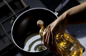 Ένα εύκολο και έξυπνο κόλπο για να μην πετάγεται το λάδι από το τηγάνι!