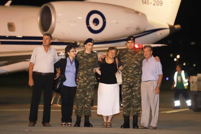 Έφτασαν στην Ελλάδα οι δύο Έλληνες στρατιωτικοί(ΦΩΤΟ)