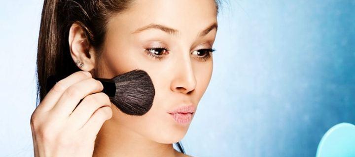 Read more about the article Πώς να εφαρμόζω σωστά το ρουζ στο πρόσωπό μου;