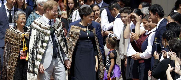 Πρίγκιπας Harry & Meghan Markle: Η εντυπωσιακή εμφάνιση με παραδοσιακούς μανδύες από φτερά
