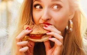 Γιατί η μοναξιά οδηγεί στο… φαγητό