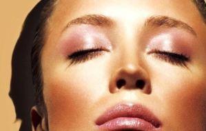 Θέλεις λαμπερό πρόσωπο και ξεκούραστο βλέμμα; Ακολούθησε τα 4 tips που κάνουν θαύματα