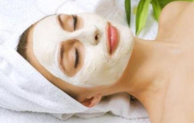 «Θαυματουργή» μάσκα ενυδάτωσης με σταρένιο αλεύρι, μέλι και ροδόνερο