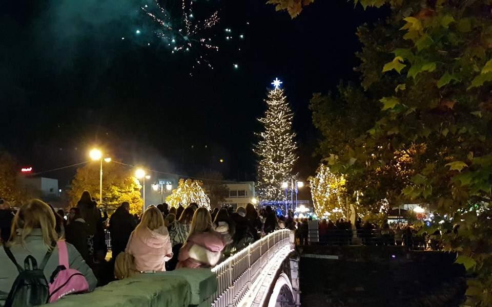 Τρίκαλα: Φωταγωγήθηκε το πιο ψηλό φυσικό χριστουγεννιάτικο δέντρο …