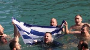 Κρήτη: Βούτηξαν με την ελληνική σημαία για να πιάσουν τον Σταυρό