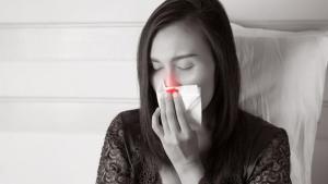Ρινορραγία τη νύχτα: Τι την προκαλεί & πώς θα την αντιμετωπίσετε