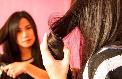 Πιστολάκια και σίδερα ισιώματος μαλλιών: είτε το πιστεύετε είτε όχι, κλέβουν τη νεότητα από τα μαλλιά σας
