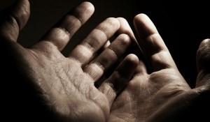 Read more about the article Μήπως τρέμουν τα χέρια σας; Τι μπορεί να φταίει και τι πρέπει να κάνετε!